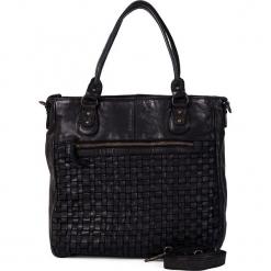 Skórzana torebka w kolorze czarnym - 31 x 33 x 10 cm. Czarne torebki klasyczne damskie neropantera, w paski, z materiału. W wyprzedaży za 454,95 zł.