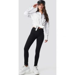 Cheap Monday Jeansy ze średnim stanem Spray - Black. Czarne spodnie z wysokim stanem Cheap Monday, z jeansu. Za 161,95 zł.