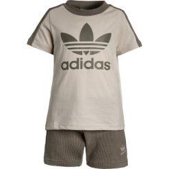 Adidas Originals SET Spodnie treningowe clear brown/trace cargo. Brązowe spodnie chłopięce adidas Originals, z bawełny. Za 179,00 zł.