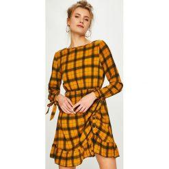 Answear - Sukienka. Pomarańczowe sukienki mini marki ANSWEAR, na co dzień, l, z poliesteru, casualowe, z okrągłym kołnierzem, rozkloszowane. Za 129,90 zł.