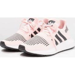 Adidas Originals SWIFT RUN  Tenisówki i Trampki ice pink/core black/footwear white. Czerwone trampki dziewczęce marki adidas Originals, z materiału. Za 279,00 zł.