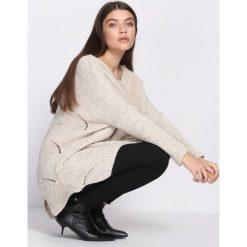 Swetry klasyczne damskie: Jasnobeżowy SweterIntent