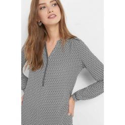 Bluzka z geometrycznym wzorem. Brązowe bluzki asymetryczne Orsay, w geometryczne wzory, z elastanu, dekolt w kształcie v. Za 69,99 zł.