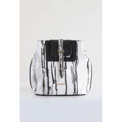 Torebka black&white. Białe torebki klasyczne damskie Monnari, w paski, ze skóry. Za 95,60 zł.