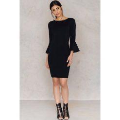 Sukienki hiszpanki: NA-KD Sukienka z falbanką przy rękawie – Black