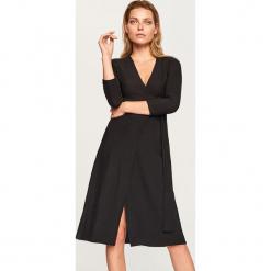 Sukienka z wiązaniem w talii - Czarny. Czarne sukienki z falbanami marki Cropp, l. Za 119,99 zł.