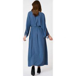 NA-KD Boho Sukienka z wiązanym rękawem - Blue. Niebieskie długie sukienki marki NA-KD Boho, na imprezę, w koronkowe wzory, z koronki, boho, na ramiączkach. W wyprzedaży za 53,58 zł.
