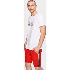 Materiałowe szorty z lampasem - Czerwony. Czerwone szorty męskie marki Cropp, z materiału. W wyprzedaży za 39,99 zł.