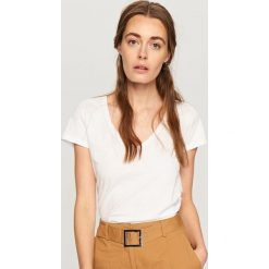 T-shirt z dekoltem w serek - Biały. Szare t-shirty damskie marki Reserved, l. Za 19,99 zł.