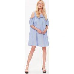 SUKIENKA TYPU COLD SHOLDER, W PASKI. Szare sukienki z falbanami marki Top Secret, na jesień, w paski. Za 64,99 zł.
