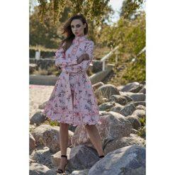 Wyjątkowa sukienka z efektownym wykończeniem pudrowy róż w kwiatki VERA. Czerwone długie sukienki marki Lemoniade, na jesień, w kwiaty, z materiału, ze stójką, z długim rękawem. Za 249,90 zł.