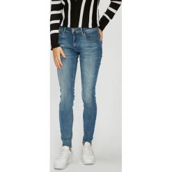 Wrangler - Jeansy Body Bespoke. Szare jeansy damskie marki Wrangler, na co dzień, m, z nadrukiem, casualowe, z okrągłym kołnierzem, mini, proste. Za 349,90 zł.