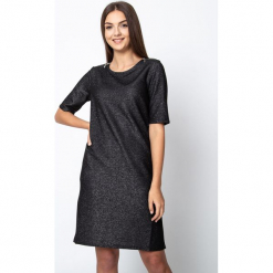 Czarna błyszcząca sukienka z zamkami na ramionach QUIOSQUE. Czarne sukienki dzianinowe marki QUIOSQUE, do pracy, biznesowe, z dekoltem na plecach, z krótkim rękawem, mini, proste. Za 179,99 zł.