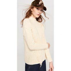 Swetry damskie: Sweter w frędzlami - Kremowy