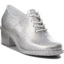 Półbuty MELISSA - Dubrovka Ad 32245 Glass Silver Glitter 03895. Szare półbuty damskie Melissa, z materiału, eleganckie, na obcasie. W wyprzedaży za 309,00 zł.