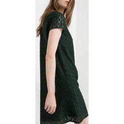 Sukienki hiszpanki: Koronkowa sukienka z koszulowym kołnierzykiem
