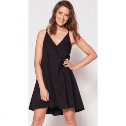 """Sukienka """"Sara na wakacjach"""" w kolorze czarnym. Sukienki małe czarne marki RISK made in warsaw, xs, wakacyjne. W wyprzedaży za 199,95 zł."""