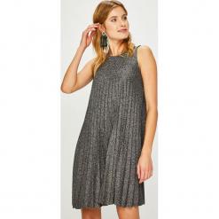 Answear - Sukienka Night Fever. Szare sukienki dzianinowe ANSWEAR, na co dzień, m, casualowe, z okrągłym kołnierzem, mini, plisowane. Za 119,90 zł.