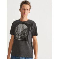 T-shirt z nadrukiem - Szary. Szare t-shirty męskie z nadrukiem marki Reserved, l. Za 39,99 zł.
