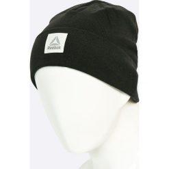 Reebok - Czapka. Czarne czapki zimowe męskie Reebok, na zimę, z bawełny. W wyprzedaży za 34,90 zł.