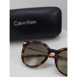 Calvin Klein Okulary przeciwsłoneczne brown. Brązowe okulary przeciwsłoneczne damskie lenonki Calvin Klein. W wyprzedaży za 503,20 zł.