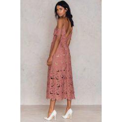 NA-KD Boho Koronkowa sukienka z wycięciami na ramionach - Pink. Niebieskie sukienki boho marki NA-KD Boho, na imprezę, w koronkowe wzory, z koronki, na ramiączkach, mini. W wyprzedaży za 78,89 zł.