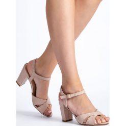Beżowe sandały damskie na słupku QUIOSQUE. Brązowe rzymianki damskie QUIOSQUE, w paski, z tkaniny, na obcasie. W wyprzedaży za 49,99 zł.