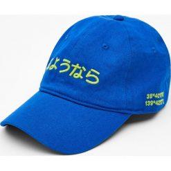 Niebieska czapka z japońskim haftem. Szare czapki z daszkiem męskie marki Pull & Bear, okrągłe. Za 15,90 zł.