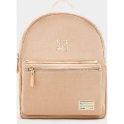Plecaki damskie: Mały plecak z materiału w kolorze nude z napisem