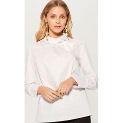 Bawełniana koszula z wiązaniem przy dekolcie - Biały. Białe koszule wiązane damskie marki Mohito, z bawełny. Za 99,99 zł.