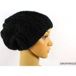 Czapki damskie: czarna grubaśna czapka robiona na drutach