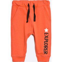 Blu Kids - Spodnie dziecięce 68-98 cm. Czerwone spodnie chłopięce Blukids, z bawełny. W wyprzedaży za 19,90 zł.