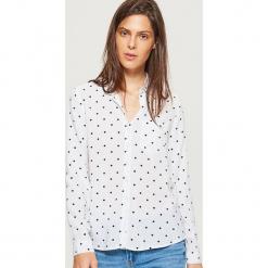 Klasyczna koszula z nadrukiem - Kremowy. Białe koszule wiązane damskie Cropp, l, z nadrukiem, klasyczne, z klasycznym kołnierzykiem. Za 49,99 zł.