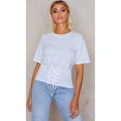 T-shirty damskie: Rut&Circle T-shirt z paskiem na talii – White