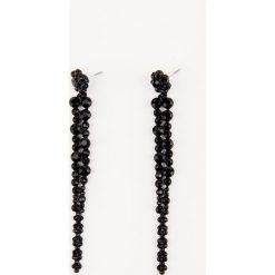 Kolczyki damskie: NA-KD Accessories Wiszące czarne kolczyki wysadzane kryształami – Black