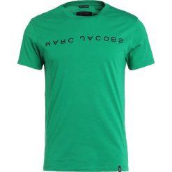 Marc Jacobs Tshirt z nadrukiem green. Zielone koszulki polo Marc Jacobs, m, z nadrukiem, z bawełny. W wyprzedaży za 274,50 zł.
