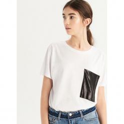 T-shirt z błyszczącą kieszenią - Biały. Białe t-shirty damskie Sinsay, l. Za 24,99 zł.
