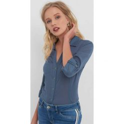 Taliowana koszula z kołnierzykiem. Niebieskie koszule wiązane damskie Orsay, z bawełny, eleganckie, dekolt w kształcie v. Za 69,99 zł.
