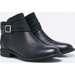 Clarks - Botki Maypearl Edie. Czarne buty zimowe damskie Clarks, z materiału, z okrągłym noskiem. W wyprzedaży za 219,90 zł.