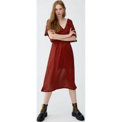 Plisowana sukienka z dekoltem w serek. Czerwone sukienki hiszpanki Pull&Bear, z dekoltem w serek. Za 79,90 zł.