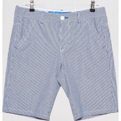 Materiałowe szorty w prążki - Biały. Białe szorty męskie marki Cropp, w prążki, z materiału. W wyprzedaży za 39,99 zł.