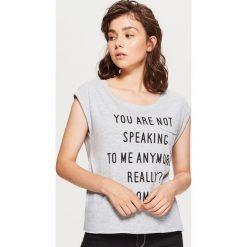 Koszulka z napisem - Jasny szary. Czerwone t-shirty damskie marki Cropp, l, z napisami. Za 19,99 zł.