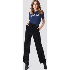Spodnie damskie: Galore x NA-KD Aksamitne spodnie - Black