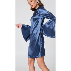 Sukienki: NA-KD Party Metaliczna sukienka mini z marszczonym rękawem – Blue