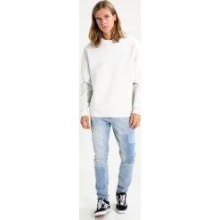 AllSaints REMUS CREW Bluza ivory/putty brown. Białe kardigany męskie AllSaints, m, z bawełny. W wyprzedaży za 370,30 zł.