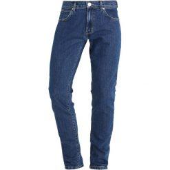Wrangler LARSTON Jeansy Slim Fit darkstone. Szare jeansy męskie relaxed fit marki Wrangler, l, z poliesteru, z kapturem. W wyprzedaży za 287,10 zł.