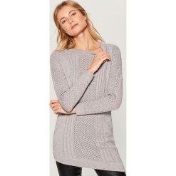 Sweter z asymetrycznym dołem - Szary. Szare swetry klasyczne damskie marki Mohito, l, z asymetrycznym kołnierzem. Za 129,99 zł.
