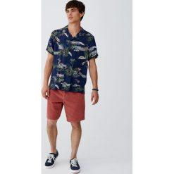 Koszula z wiskozy z nadrukiem krajobrazu. Czerwone koszule męskie marki Pull&Bear, m. Za 62,90 zł.