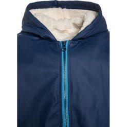 Hatley Kurtka przeciwdeszczowa navy. Niebieskie kurtki chłopięce przeciwdeszczowe Hatley, z materiału. W wyprzedaży za 131,45 zł.