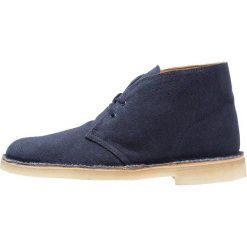 Clarks DESERT BOOT Sznurowane obuwie sportowe navy. Niebieskie buty sportowe męskie Clarks, z materiału, na sznurówki. W wyprzedaży za 356,30 zł.